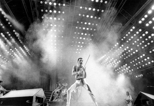 1985: Freddy Mercury contagia público na apresentação do Queen