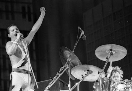 1985: Ícone do rock mundial, Freddy faz caras e bocas no show na Cidade do Rock