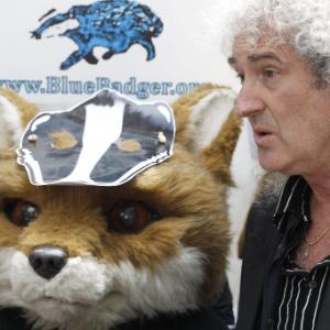 Brian May lidera protesto contra a matança de texugos na Inglaterra em frente a órgão ambiental do governo