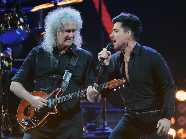 Cantor americano se apresenta com o guitarrista Brian May em festival realizado em setembro Foto: Getty Images