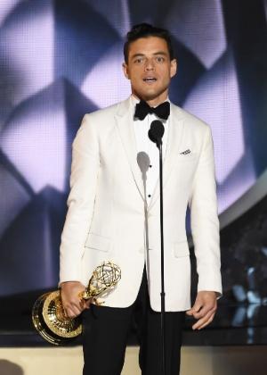 18.set.2016 - Rami Malek leva o prêmio de melhor ator em série dramática no Emmy