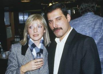 Freddie Mercury com sua amiga (e posterior herdeira) Mary Austin no Royal Albert Hall de Londres, em novembro de 1985. GETTY IMAGES